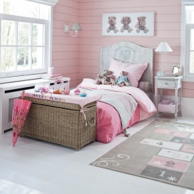 Плетенный сундук перед детской кроватью