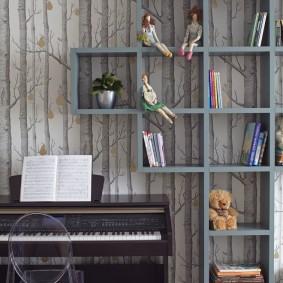 Открытые полки на стене с бумажными обоями