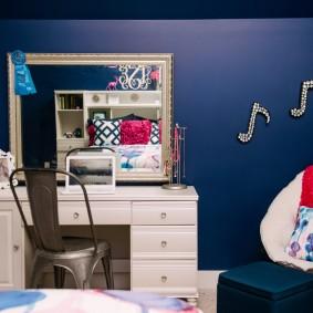 Темно-синяя стена в детской комнате