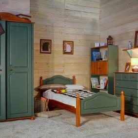 Деревянная мебель в детской спальне