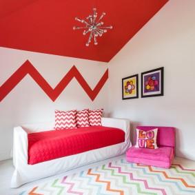 Красный потолок в комнате девочки