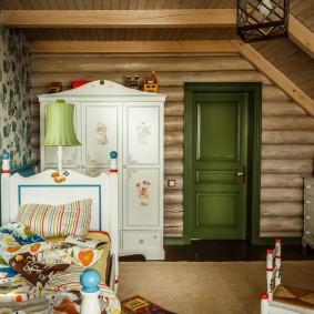 Белый шкаф в детской комнате срубового дома
