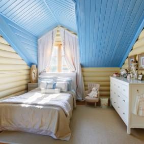 Синий потолок в мансардной комнате