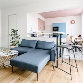 Диван в зоне отдыха квартиры для мужчины