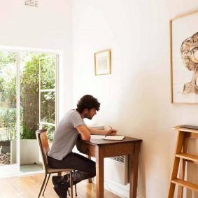 Деревянный стол в светлой комнате