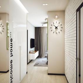 Часы на стене прихожей в двухкомнатной квартире