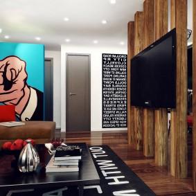 Плакат на стене гостиной в квартире холостяка