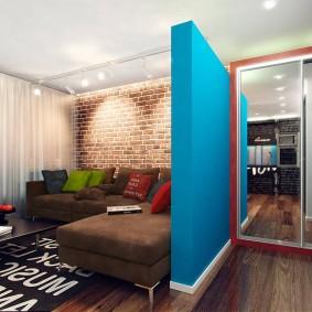 Синяя перегородка в квартире студии