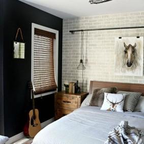 Деревянная кровать в маленькой спальне