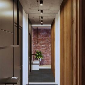 Узкий коридор с бетонным потолком