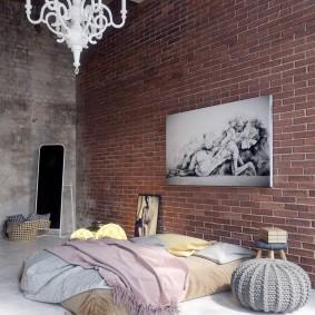 Белая люстра на потолке спального помещения