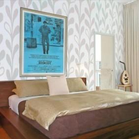 Декор стены над изголовьем широкой кровати