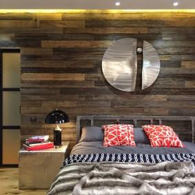 Деревянная отделка стены в спальне