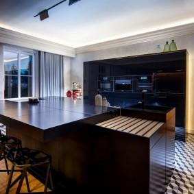 Кухонный остров в просторной комнате