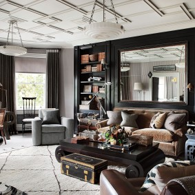 Большое зеркало над диваном в гостиной