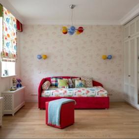 Красная кровать в комнате с пастельными обоями