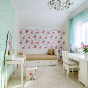 Бирюзовые шторы в комнате девочки