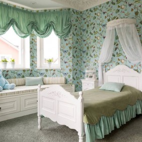 Кровать в уютной комнате для девочки