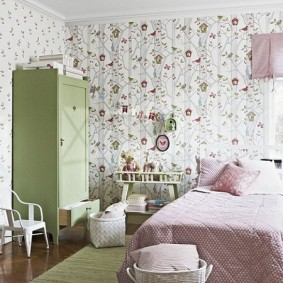 Зеленый шкаф в детской спальне