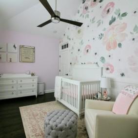 Удобное кресло для мамы в спальне малыша