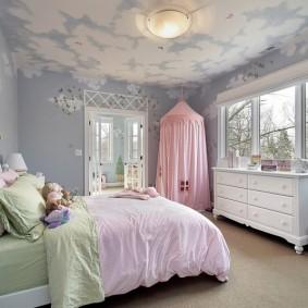 Белые облака на голубом потолке в детской