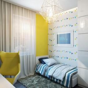 Светлая занавеска на желтой стене
