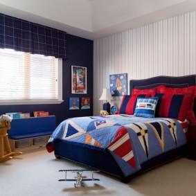 Темно-синяя стена в спальне школьника