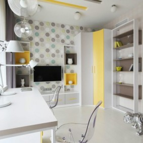 Угловой шкаф с желтой дверкой