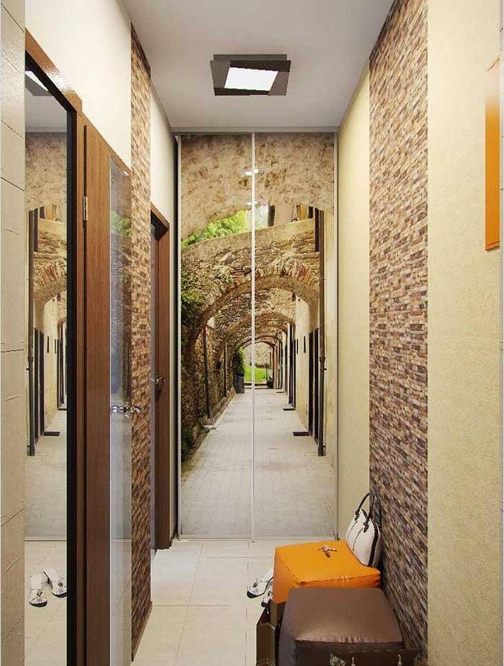 Шкаф с фотопечатью в конце коридора
