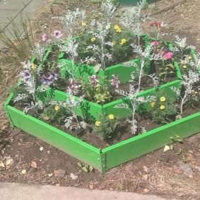 Садовая клумба из металлического профиля