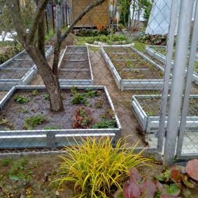 Садовый забор из сетки рабицы