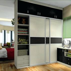 Шкаф с раздвижными дверцами в однокомнатной квартире