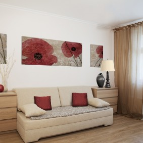 Декор картинами белой стены гостиной