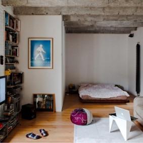 Серые балки на потолке комнаты