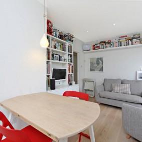 Красные стулья за кухонным столом