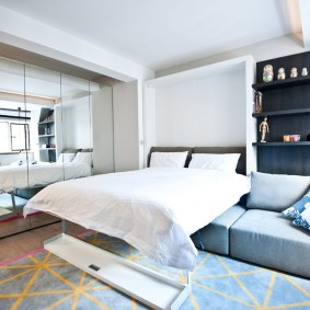 Кровать-трансформер в белой комнате