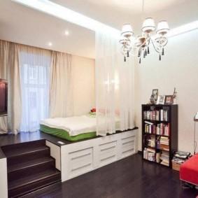 Подиум с кроватями в дизайне квартиры