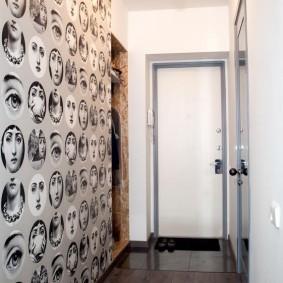 Стильные обои на стене узкого коридора