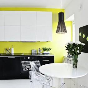 Белые шкафы на желтой стене