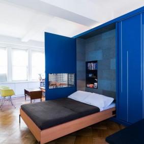 Откидная кровать в шкафу с синими фасадами