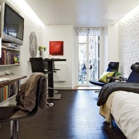 Уютная комната в квартире старого дома