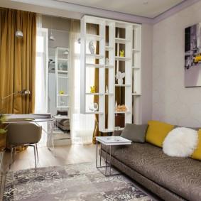Узкий диван в гостиной зоне уютной однушки