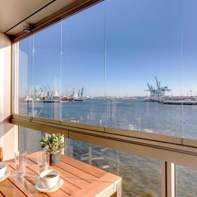 Теплый застекленный балкон с видом на порт