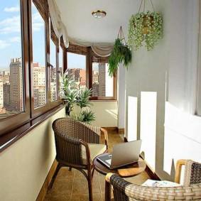 Плетенные кресла на балконе двухкомнатной квартиры