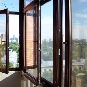 Небольшой балкон с комбинированной системой остекления