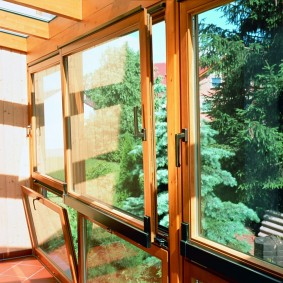 Деревянные створки окна раздвижного типа
