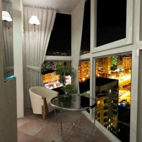 Вид на ночной город из балкона с французскими окнами