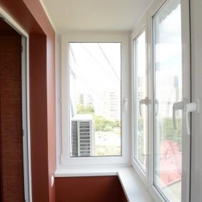 Белый потолок на маленьком балконе