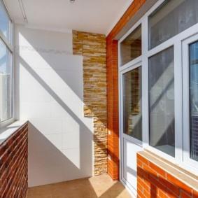 Кирпич в интерьере благоустроенного балкона