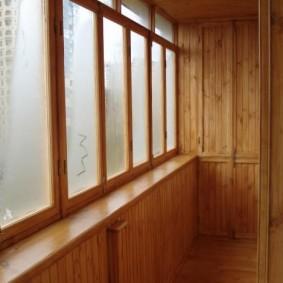 Запотевшие окна балкона с деревянной отделкой